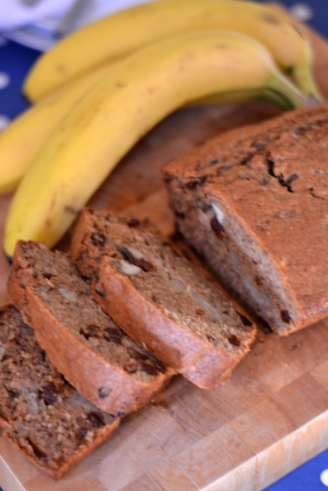 Banana and Sultana Cake - Lots of banana and juicy sultanas keep this cake gorgeously moist and really delicious. | thehecticcook.com