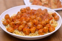 Sausage Meatball Spaghetti - Super simple midweek dinner that the whole family will enjoy | thehecticcook.com