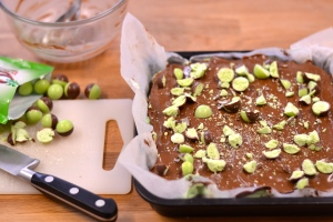 Chocolate Mint Brownie Slice - Chocolate brownie and mint come together in this decadent traybake, a must for all mint fans | thehecticcook.com