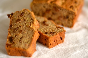 Sugar-Free Banana Cake - with no added sugar, just the sweetness of bananas and sultanas, this is a healthy treat the kids will love. | thehecticcook.com