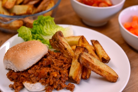 Sloppy Joes - a really simple dish, perfect for those busy week nights, that will keep everyone happy | thehecticcook.com