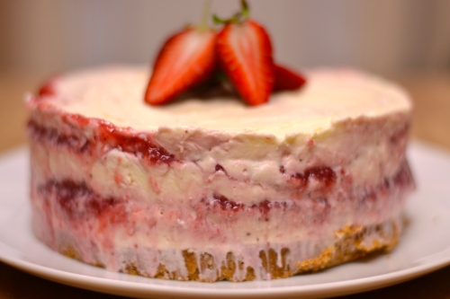 Strawberry and White Chocolate Cheesecake - a devilishly gorgeous dessert, creamy and delicious | thehecticcook.com