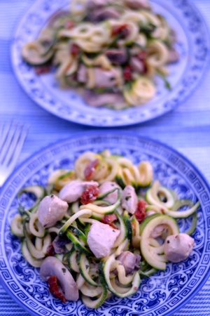 Creamy Sundried Tomato Chicken Zoodles - So full of flavour, this creamy chicken dish is a great low carb option. | thehecticcook.com