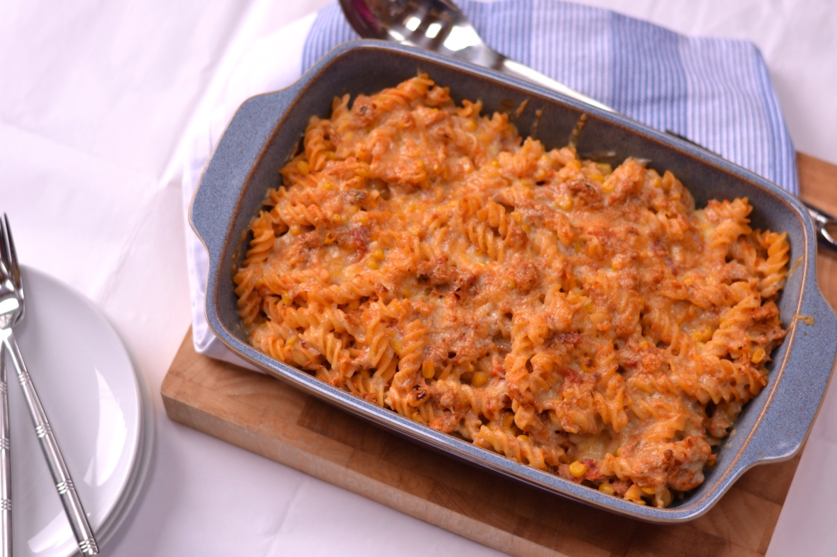 Quick & Simple Tuna Pasta Bake - A really simple creamy tomato pasta dish that is quick to make and will be loved by the whole family | thehecticcook.com