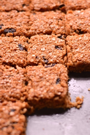 Chewy Flapjacks - These are possibly the best flapjacks you will ever find. Chewy, buttery, syrupy, delicious! | thehecticcook.com