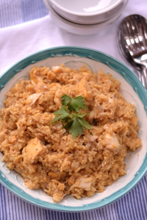 Smoked Haddock Kedgeree - Flakes of smoked haddock in flavourful curried rice, this traditional breakfast dish is perfect for lunch and dinner too. | thehecticcook.com