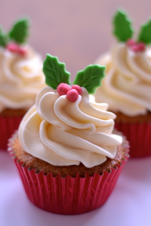 Mince Pie Cupcakes with Brandy Buttercream - Gorgeously light and fluffy mince pie flavoured sponge topped with a lightly flavoured brandy buttercream. The perfect cupcake for Christmas! | thehecticcook.com