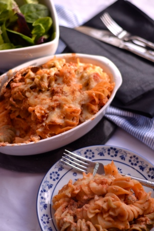 Sausage Pasta Bake - This super simple and quick pasta dish tastes like it should be full of calories, but it really isn't. Perfect for a midweek dinner | thehecticcook.com