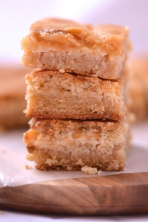 White Chocolate, Lemon & Coconut Chewy Cookie Slice - The delicious combination of white chocolate, lemon and coconut, merged together in a chewy cookie slice. | thehecticcook.com