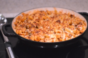 Cheeseburger Pasta Bake - A super simple pasta dish, with the flavours of a burger and covered in gooey cheese. Kids will love this! | thehecticcook.com